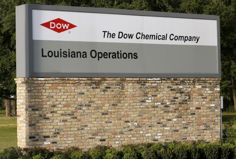 资料图片:2015年12月,美国路易斯安那州陶氏化学旗下一家工厂入口的标识。REUTERS/Jonathan Bachman