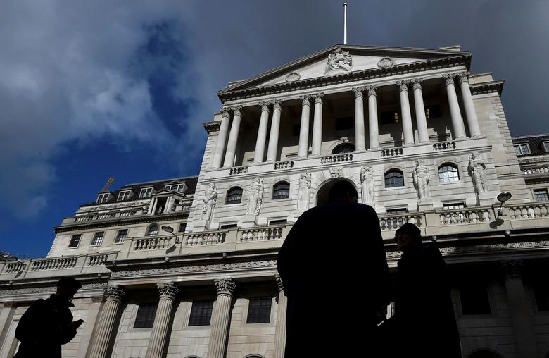 FILE PHOTO: City workers walk past the Bank of England in the City of London, Britain, March 29, 2016.  REUTERS/Toby Melville/File Photo