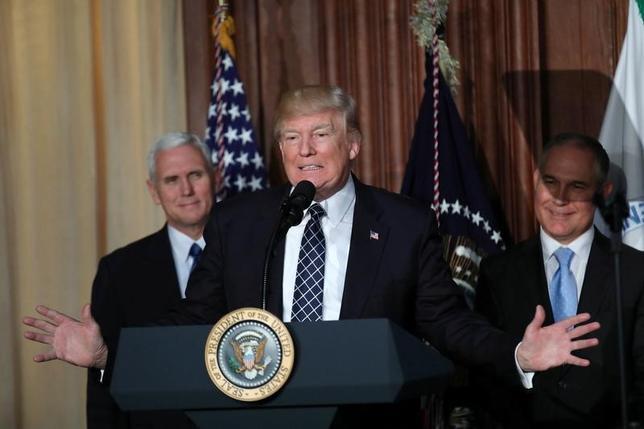 3月28日、トランプ米大統領(写真中央)は、4月6─7日に中国の習近平国家主席とフロリダ州の別荘で会談する見通し。事情に詳しい関係筋が明らかにした。ワシントンで28日撮影(2017年 ロイター/Carlos Barria)