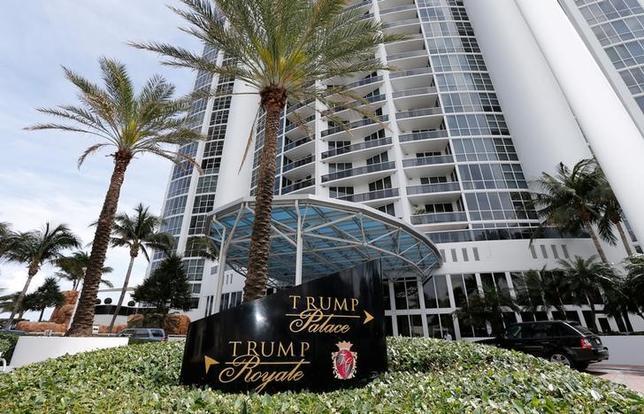 3月17日、ロイターが公文書やインタビュー、企業の記録を調べたところ、ロシアのパスポートあるいは住所をもつ少なくとも63人が、フロリダ州南部にある「トランプ」の名を冠した豪華タワーマンション7棟で、少なくとも総額9840万ドル(約110億円)に上る物件を購入していたことが分かった。写真はフロリダ州サニーアイルズビーチにあるトランプパレス。13日撮影(2015年 ロイター/Joe Skipper)