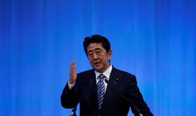4月3日、安倍晋三首相(写真)は政府与党連絡会議で、今月訪日予定のペンス米副大統領と会談する考えを示した。写真は都内で3月撮影(2017年 ロイター/Toru Hanai)
