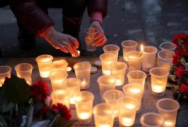 4月4日、ロシア第2の都市であるサンクトペテルブルクの地下鉄で起きた爆破事件について、キルギスタンの治安当局は、キルギス生まれのロシア人が実行犯とみられると明らかにした。写真は犠牲者を弔う様子。現地で3日撮影(2017年 ロイター)