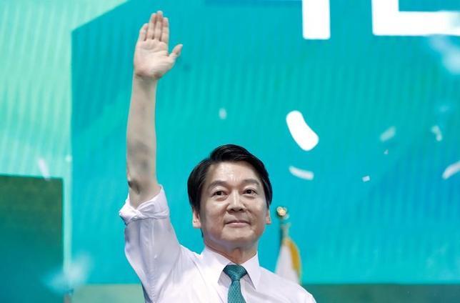 4月4日、韓国の中道系野党「国民の党」は、朴槿恵前大統領の罷免に伴う大統領選の党公認候補に安哲秀元共同代表(写真)を選出した。(2017年 ロイター/Kim Hong-Ji)