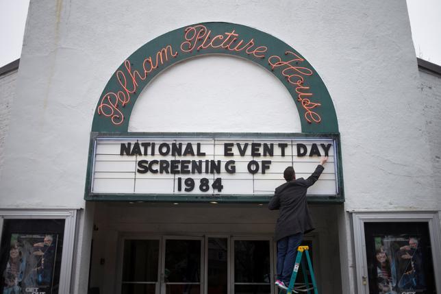 4月4日、全体主義国家における陰鬱な未来を描いた英作家ジョージ・オーウェルの風刺小説「1984」の映画が全米44州の200近くの独立系映画館で上映された。写真はニューヨークで撮影(2017年 ロイター/Adrees Latif)