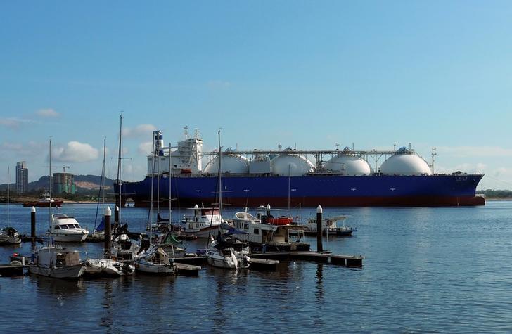 2017年2月,一艘液化天然气(LNG)船驶经新加坡附近海域。REUTERS/Gloystein Henning