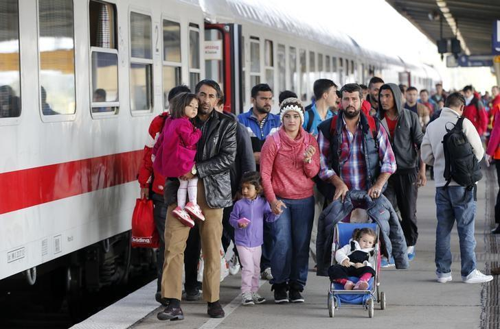 Migrants from Syria walk alomg a platform after arriving from Salzburg, Austria, at Schoenefeld railway station in Berlin, Germany, October 5, 2015.   REUTERS/Fabrizio Bensch/Files