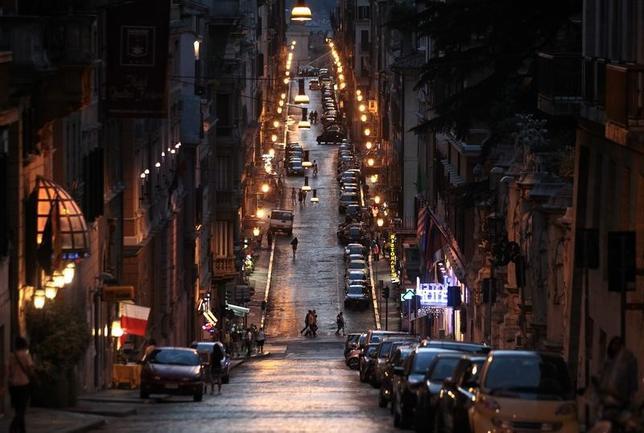 4月5日、ローマ市は、環境に優しくコスト節約にもつながるとして、約5000万ユーロ(約59億円)を投じて、街灯を発光ダイオード(LED)に切り替える作業に入っている。住民からは、歓迎の声がある一方、より柔らかでオレンジ色の輝きを放つ従来のナトリウムランプの光を惜しむ声も上がっている。写真は2012年撮影のローマ市街(2017年 ロイター/Stefano Rellandini)
