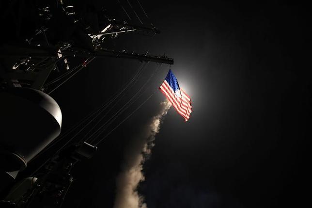 4月7日、シリア軍関係筋は、米軍のミサイルによる空軍基地への攻撃を受けて「被害」が出ていることを明らかにした。写真は米軍によるシリアに対するミサイル攻撃。提供写真(2017年 ロイター/ U.S. Defense Department )