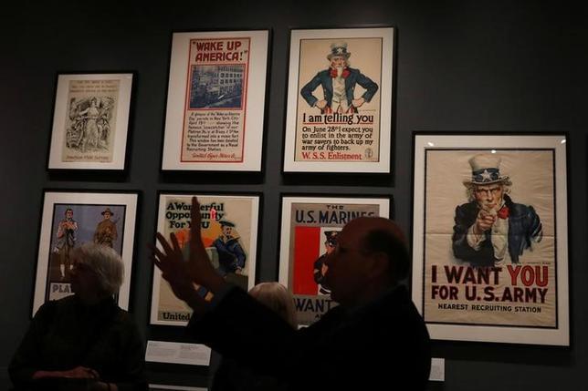 4月6日、1917年に米国がドイツに宣戦布告して第一次世界大戦に加わってから100周年となるのに合わせ、米ニューヨーク市立博物館で、当時のポスターなどを展示する「ポスターと愛国心」展が開催されている。4日撮影(2017年 ロイター/Shannon Stapleton)