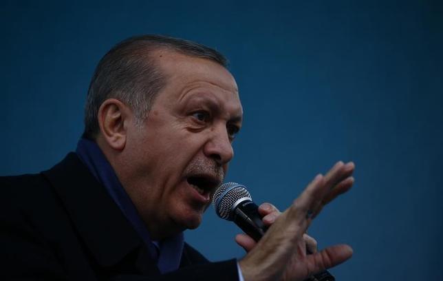 4月7日、トルコのクルトゥルムシュ副首相は、米軍がシリアの軍事拠点を攻撃したことについて、トルコは肯定的にみているとし、国際社会はシリアのアサド政権の「野蛮な行為」に反対する姿勢を維持する必要があると語った。写真はエルドアン大統領。トルコの都市、ディヤルバクルで1日撮影(2017年 ロイター/Murad Sezer)