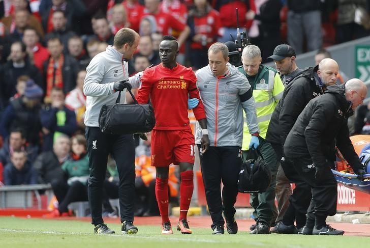 Britain Soccer Football - Liverpool v Everton - Premier League - Anfield - 1/4/17 Liverpool's Sadio Mane leaves the pitch after sustaining a injury Action Images via Reuters / Carl Recine Livepic