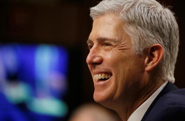 4月7日、米上院は、トランプ米大統領が最高裁判事に指名した保守派判事ニール・ゴーサッチ氏(写真)を承認した。ワシントンで3月撮影(2017年 ロイター/Jim Bourg)