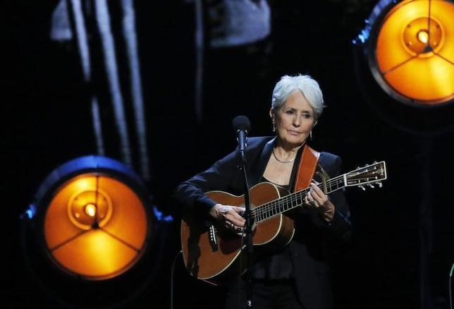 4月7日、米ニューヨークで「ロックの殿堂」入りを祝う記念式典が開催され、フォーク歌手ジョーン・バエズらが殿堂入りした。写真は演奏を披露するバエズ(2017年 ロイター/LUCAS JACKSON)