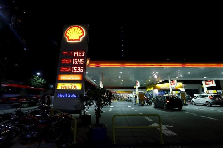 A Shell gas station sign displays fuel prices in Buenos Aires, Argentina, February, 3, 2016. REUTERS/Enrique Marcarian