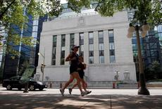 FILE PHOTO: Joggers run past the Bank of Canada building in Ottawa July 17, 2012.        REUTERS/Chris Wattie/File Photo
