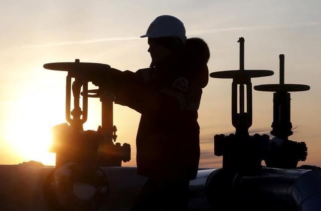4月11日、米国時間の原油先物相場は、サウジアラビアが石油輸出国機構(OPEC)減産合意の半年延長を望んでいるとの米紙報道が伝わり、当初の下げから切り返した。ロシアの油田で2016年1月撮影(2017年 ロイター/Sergei Karpukhin)