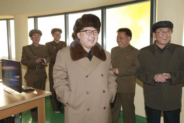 4月12日、中国共産党機関紙・人民日報系の環球時報は、北朝鮮は「自国の安全保障のため」核やミサイルに関連した活動を中止すべきとの見解を示し、米国が核武装した北朝鮮と「共存」する気はないことは明白だと強調した。写真はICBMの新型エンジンの実験をみてほほ笑む北朝鮮の金正恩朝鮮労働党委員長。提供写真(2017年 ロイター/KCNA)