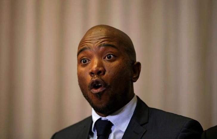 The leader of South Africa's Democratic Alliance (DA) Mmusi Maimane speaks during a media briefing in Sandton, South Africa August 17, 2016. REUTERS/Siphiwe Sibeko/Files