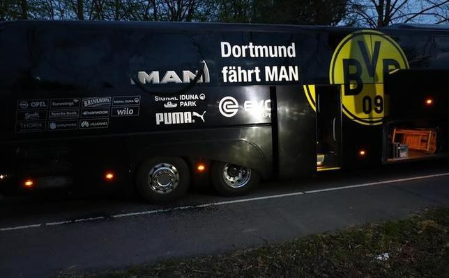 4月12日、南ドイツ新聞は、サッカーのドイツ1部リーグ、ドルトムントの選手を乗せたバス付近でおきた爆発事件について、捜査当局がイスラム過激派による犯行の可能性を調べていると報じた。写真はドルトムントのバス(2017年 ロイター/Kai Pfaffenbach)