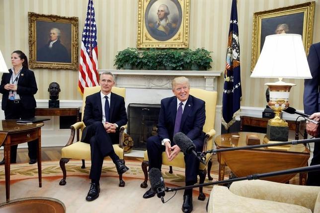 4月12日、トランプ米大統領(写真右)は、北大西洋条約機構(NATO)のストルテンベルグ事務総長(左)との共同会見で、NATOは「もはや時代遅れではない」と述べ、大統領選で示していた見解を転換した。(2017年 ロイター/Jonathan Ernst)