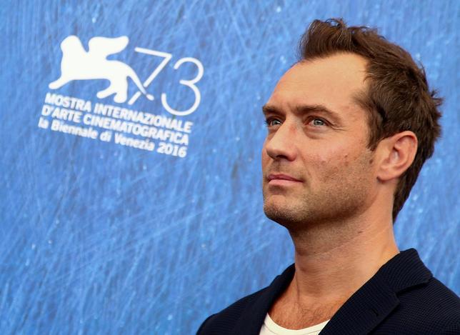 4月12日、米ワーナー・ブラザーズは英ファンタジー小説「ハリー・ポッター」のスピンオフ映画「ファンタスティック・ビースト」のシリーズ2作目(題名未定:2018年11月公開予定)で、英俳優ジュード・ロウ(44)が若き日のダンブルドア役を演じると明らかにした。写真は昨年9月撮影(2017年 ロイター/Alessandro Bianchi)