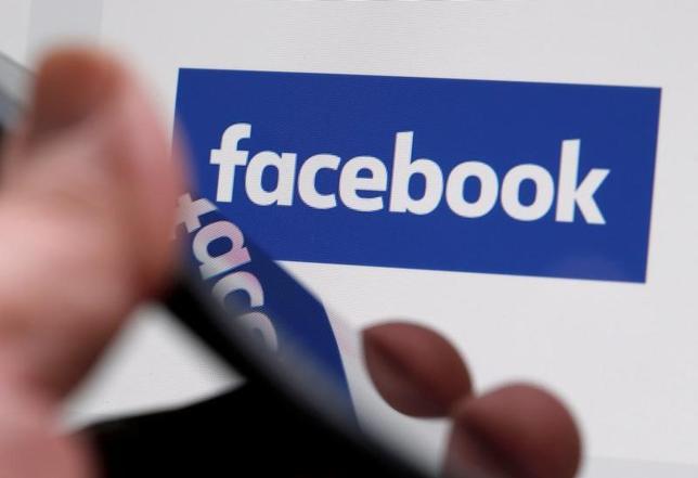 4月13日、米フェイスブックは、フランスでアカウント3万件を停止したと発表した。ボルドーで2月撮影(2017年 ロイター/Regis Duvignau)
