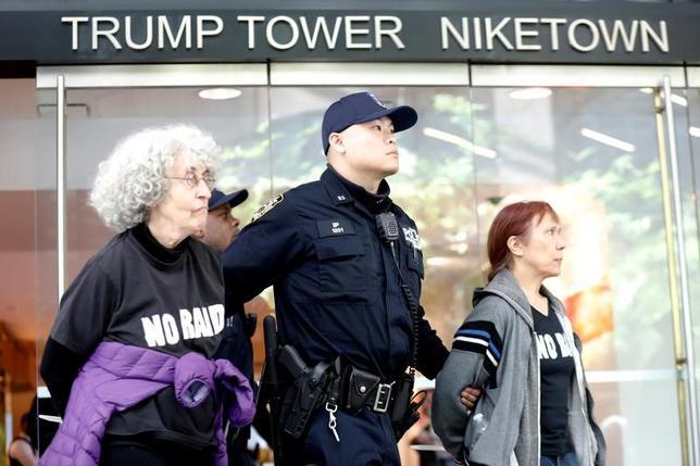 4月13日、米ニューヨーク市警は、トランプ米大統領が所有するニューヨーク・マンハッタンの「トランプタワー」で、トランプ氏の移民や国境政策に対する抗議活動を行った25人を逮捕した(2017年 ロイター/Brendan McDermid)