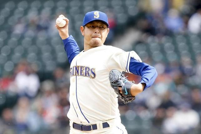 4月16日、MLBマリナーズの岩隈久志投手は、地元でのレンジャーズ戦に先発登板し、3回6失点で勝敗はつかなかった(2017年 ロイター/JenniferBuchanan-USA TODAY Sports)