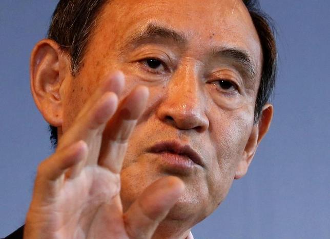 4月17日、菅義偉官房長官(写真)は午前の会見で、米国財務省が為替報告書のなかで日本を通貨政策の監視対象に指定したことについて「これによって何らかの対応を求められるものではない」と述べた。写真は都内で昨年8月撮影(2017年 ロイター/Kim Kyung-Hoon)