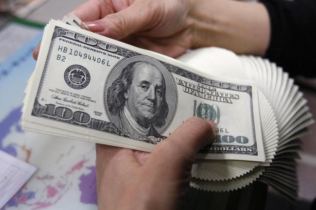 4月17日、正午のドル/円は、ニューヨーク市場13日の午後5時時点に比べ、ドル安/円高の108.21/23円。写真は都内で2009年11月撮影(2017年 ロイター/Yuriko Nakao)