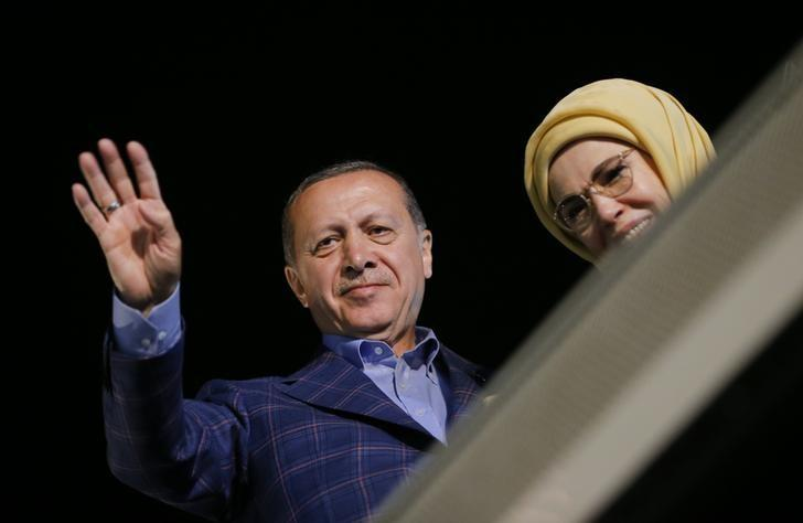 Turkish President Tayyip Erdogan and his wife Emine greet supporters near Tarabya mansion in Istanbul, Turkey, April 16, 2017. REUTERS/Murad Sezer
