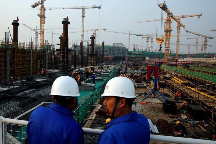 资料图片:2016年10月,北京新机场航站楼建设工地。REUTERS/Thomas Peter