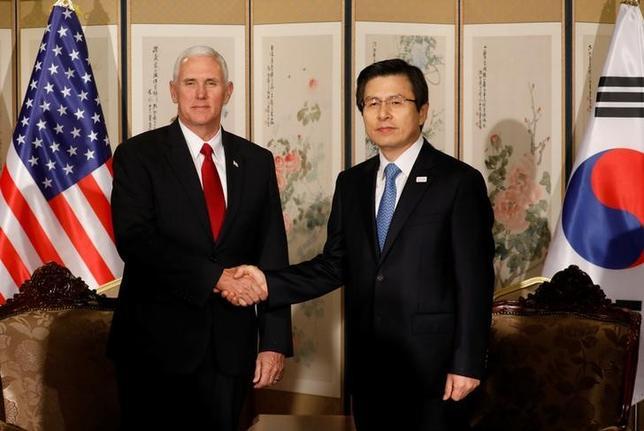 4月17日、韓国の黄教安・大統領代行(写真右)とペンス米副大統領(左)は会談し、北朝鮮による一段のミサイル発射や核実験を容認しないとの姿勢を強調した。ソウルで撮影(2017年 ロイター/Kim Hong-Ji)