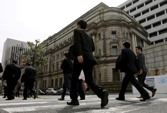 4月18日、参議院によると、政府は日銀審議委員に、三菱UFJリサーチ&コンサルティング・上席主任研究員の片岡剛士氏と、三菱東京UFJ銀行・取締役常勤監査等委員の鈴木人司氏を起用する同意人事案を国会に提示した。写真は日銀本店。都内で昨年3月撮影(2017年 ロイター/Toru Hanai)