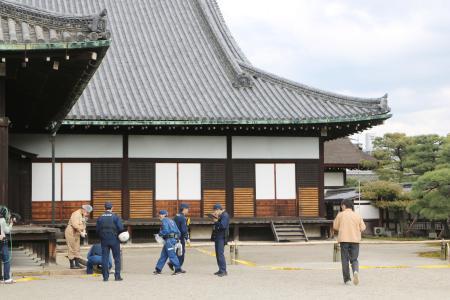 京都・二条城に茶色粉末50カ所