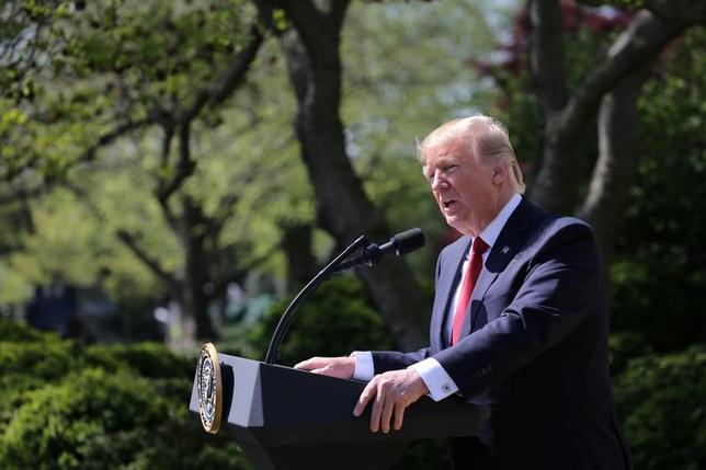 4月18日、トランプ米大統領は、専門技能を持つ外国人向け査証(ビザ)「H─1B」の審査を厳格化する大統領令に署名した。大統領が掲げる「米国第一主義」を推進することが狙い。10日撮影(2017年 ロイター/Carlos Barria)