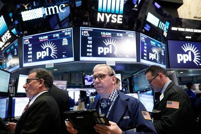 4月19日、米国株式市場は、S&P総合500種とダウ工業株30種の両指数が続落。ナスダック総合指数は反発して取引を終えた。ニューヨーク証券取引所で撮影(2017年 ロイター/Brendan McDermid)