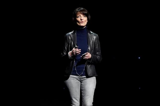 4月19日、米フェイスブックは、脳にチップを埋め込むことで、頭に言葉を思い浮かべるだけでタイプできる技術を開発していると明らかにした。写真はハードウエア部門「ビルディング8」責任者のレジーナ・デューガン氏(2017年 ロイター/Stephen Lam)