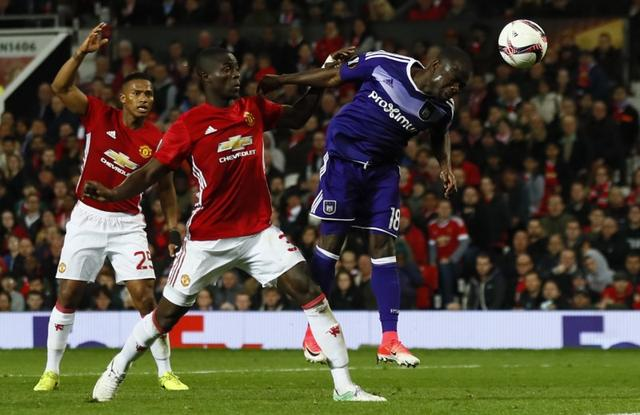 Britain Football Soccer - Manchester United v RSC Anderlecht - UEFA Europa League Quarter Final Second Leg - Old Trafford, Manchester, England - 20/4/17 Anderlecht's Frank Acheampong heads at goal as Manchester United's Eric Bailly looks on Action Images via Reuters / Jason Cairnduff Livepic