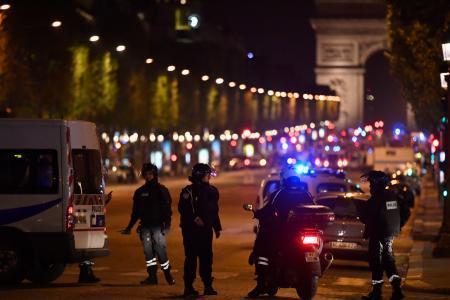 パリで警官襲撃テロ、1人死亡