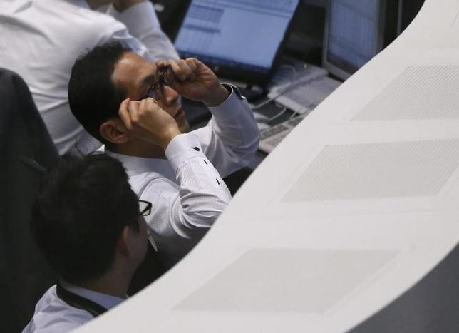 4月21日、寄り付きの東京株式市場で、日経平均株価は前営業日比161円33銭高の1万8591円82銭となり、反発して始まった。写真は東証のブース、昨年2月撮影(2017年 ロイター/Issei Kato)
