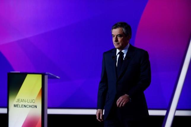 4月21日、フランスのパリ中心部にあるシャンゼリゼ通りで20日夜、銃撃事件が発生し、23日に大統領選の第1回投票を控える同国では安全に対する懸念が高まっている。写真は20日、国内のテレビ政治番組に出演したフィヨン元首相(2017年 ロイター/Martin Bureau)