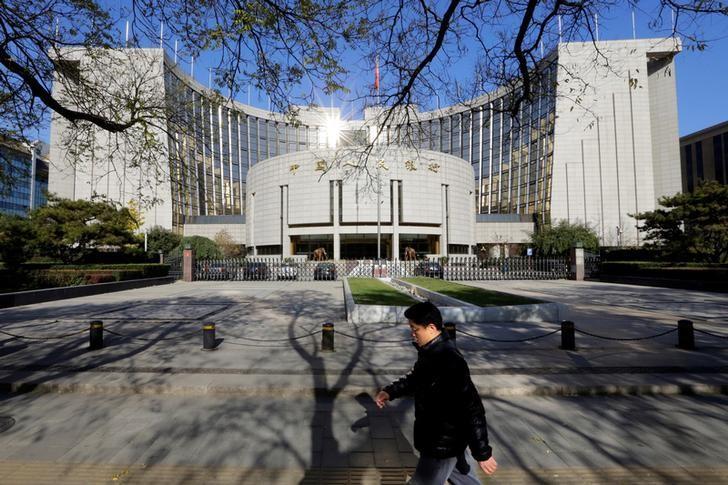 资料图片:2013年11月,中国北京,行人经过中国央行总部大楼。REUTERS/Jason Lee