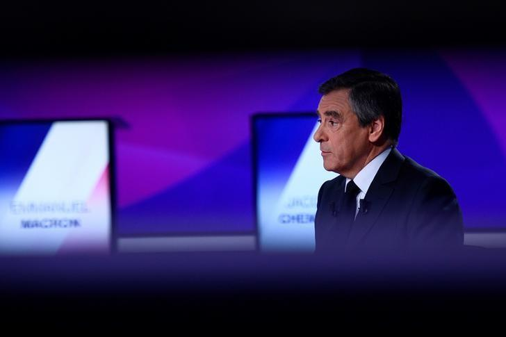 Francois Fillon, member of the Republicans political party and 2017 French presidential election candidate of the French centre-right, attends the France 2 television special prime time political show, ''15min to Convince'' in Saint-Cloud, near Paris, France, April 20, 2017. REUTERS/Martin Bureau/Pool/Files