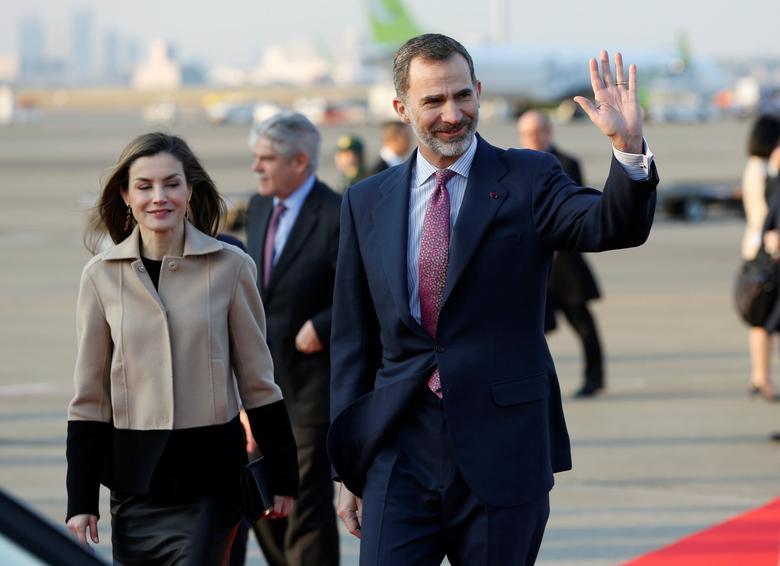 FILE PHOTO: Spain's King Felipe (R) and Queen Letizia arrive at Haneda international airport in Tokyo, Japan, April 4, 2017.  REUTERS/Toru Hanai