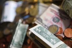 أوراق نقدية وعملات معدنية متنوعة - ارشيف رويترز