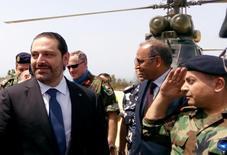 رئيس الوزراء اللبناني سعد الحريري (إلى اليسار) خلال زيارة لجنوب لبنان يوم الجمعة. تصوير: علي حشيشو - رويترز