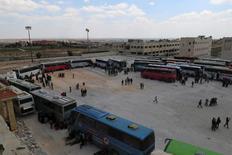 حافلات تستعد لنقل سكان من بلدتي الفوعة وكفريا في حلب يوم 19 أبريل نيسان 2017. تصوير: عمار عبدالله - رويترز