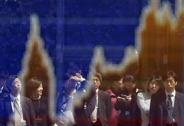4月26日、東京株式市場で日経平均は、今年初の4日続伸となった。前日の米国株の上昇や1ドル111円台前半まで円安方向に振れた為替など、外部環境が支援材料となった。写真は株価ボード。都内で2015年3月撮影(2017年 ロイター/Issei Kato)