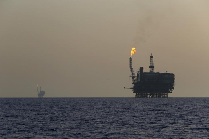 Offshore oil platforms are seen at the Bouri Oil Field off the coast of Libya August 3, 2015.REUTERS/Darrin Zammit Lupi